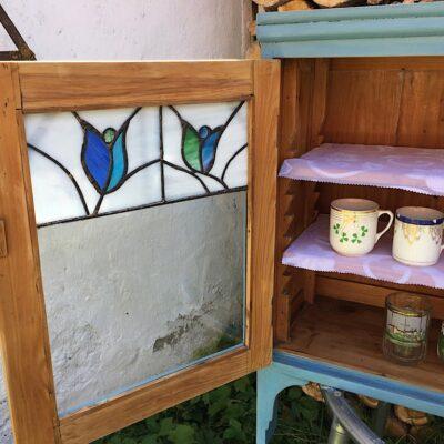 PRODÁNO Modrá vitrína s tiffany vitráží