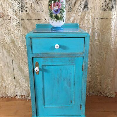 Modrý noční stolek s patinou