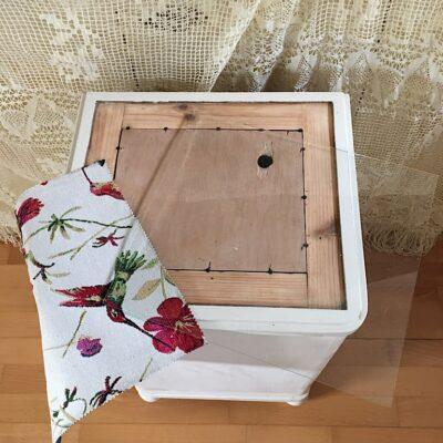 Starožitná skříňka s vnitřním šuplíkem