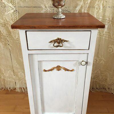 PRODÁNO Starožitný noční stolek s bílou lazurou